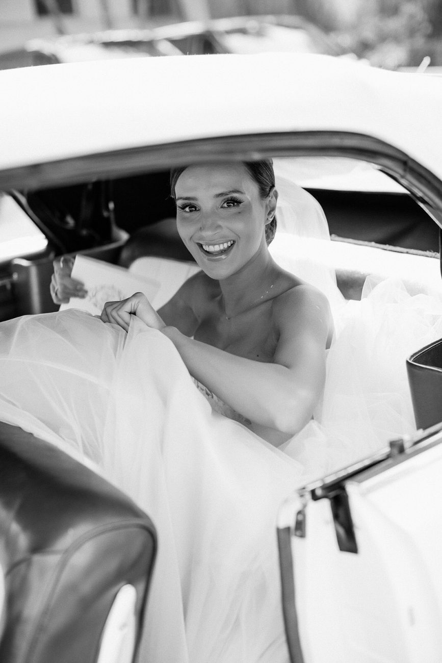 bride in the car goong to the wedding ceremony